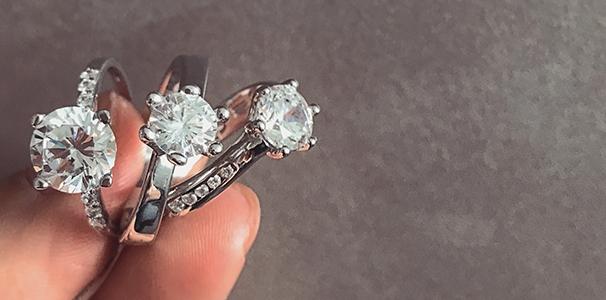Diamanty a zirkony